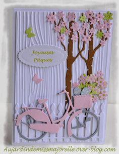 Carte dont le fond est gaufré d'un effet bois et ornée de découpes dont un vélo réalisé avec un die de Marianne Design. 3d Cards, Cute Cards, Bicycle Cards, Graduation Cards, Baby Cards, Greeting Cards Handmade, Scrapbook Cards, Cardmaking, Birthday Cards