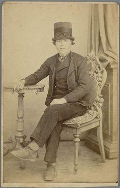 Man in Walcherse streekdracht. Op zijn hoofd draagt hij een 'tunhoed'. 1875-1890 #Zeeland #Walcheren