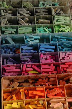 los niños saldrán al patio y pintarán con las tizas de colores de forma creativa y libre