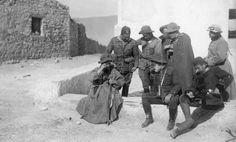 02/12/1921 EFE Data .- GUERRA DE AFRICA:  OCUPACIÓN DE ZOCO EL JEMIS, 2-12-1921. El general Cabanellas examina un plano junto a los oficiales de su Estado Mayor tras ocupar el poblado situado en la cábila de los Beni Bu Ifrur.