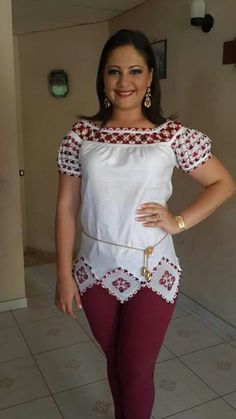 SRM Ana Bienvenida Castillo siempre innovando con sus vestidos y camisas estilizadas. Saludos Ana! Bobbin Lacemaking, Mexican Outfit, Folk Costume, Dress Suits, Chambray, New Look, Beautiful Dresses, Glamour, Womens Fashion