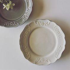 笠間から阿部慎太朗さんのうつわが届きました。 新色のグレーもすてき💕 27日からご覧いただけます。 ぜひお越しくださいませ😊 #阿部慎太朗 #レリーフ皿 #うつわ #陶器 #ノラ