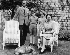 Queen Elizabeth II, Prince Philip, Prince Charles, and Princess Anne relax with Sugar, the Queen's corgi 1959 Queen Elizabeth 1952, Queen Elizabeth Wedding, Prince Philip Queen Elizabeth, Princess Elizabeth, Prince Philip Mother, Young Prince Philip, Prince Phillip, Prince William, Prince Harry