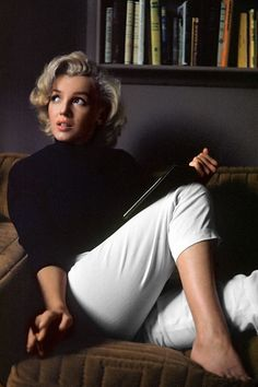 """Hollywood, """"Actress Marilyn Monroe at home."""" color transparency by Alfred Eisenstaedt, Life magazine image archive. Eisenstaedt and Monroe, my two favorite people! Antonio Tabucchi, Divas, Fotos Marilyn Monroe, Marylin Monroe Style, Marilyn Monroe Outfits, Marilyn Monroe Makeup, Art Visage, Pin Up, Beautiful People"""