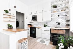 I'm digging this kitchen from @ostermalmsgatan1 especially the little stylistic…