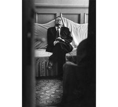 Двенадцатая симфония. 1961-йФото: Всеволод Тарасевич Портрет Дмитрия Шостаковича, стал не только одним из лучших портретов композитора, но также поставил важный вопрос об обновлении языка фоторепортажа. Тарасевич не захотел делать официальный, «паркетный» снимок — когда Шостакович стоял на сцене и позировал для репортеров. Фотограф выяснил, где тот отдыхает между репетициями, подпер дверь щепкой и в перерыве через щель сделал этот кадр. Это съемка скрытой камерой