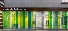 Construido por Cid + Santos en Pontevedra, España con fecha 2006. Imagenes por Santos-Díez | BISimages. Se trata de un centro de día urbano para enfermos de Alzheimer, un espacio en el que pasarán gran parte de su tiempo ...