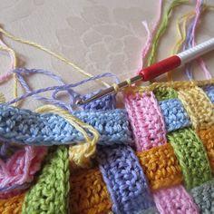 Tutorial: Weaved Crochet Stitch http://needlesandyarn-kw.com/www/wp-content/uploads/2012/08/IMG_5317.jpg http://needlesandyarn-kw.com/www/wp-content/uploads/2012/08/IMG_5321.jpg
