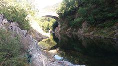 www.bringhand.de/blog    Diese einzigartige Schlucht mit kalten Gebirgswasser findet man unweit von Cannobio bei Orrido di Sant'Anna. Es ist einen Stopp wert, denn unten am Fluss kann man auch im baden. :-)    #Brücke #Bridge #Schlucht #Felsen #Tauchen #Schwimmen #Italien #Cannobio #Wanderlust #Wandern #Erfrischen #Reisen #Urlaub #Travel #Italy #Europe #Campen #Camping #Wohnmobil