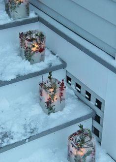 bricolage hiver créatif de l'Avent - des photophores de glace décorés de baies rouges, feuilles vertes et bougies à LED
