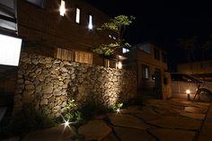 夜の石積みをシックな印象の壁面にライトアップ。  #lightingmeister #gardenlighting #outdoorlighting  #exterior #garden #light #house #home   #love #follow #instagram #instagood #instalove  #庭 #家 #照明 #エクステリア #施工例  #LEDIUS #ライティングマイスター  #シック #壁面 #立体感 #幻想的 #安心  #chic #wallsurface #threedimensional #fantastic #security