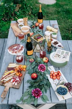 How to master fall entertaining at home for gatherings that look stunning but require minimal effort. Hint, start with dahlias.Fall Entertaining: Happy Hour at Home Rhode Island, Snacks Für Party, Bbq Party, Dinner Party Appetizers, Meat Appetizers, Pizza Party, Le Diner, Charcuterie Board, Charcuterie Wedding