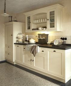 VariantKeukens | het boogje tussen de kastjes Kitchen Dinning, Rustic Kitchen, Country Kitchen, New Kitchen, Kitchen Decor, Cozinha Shabby Chic, Cocinas Kitchen, Cottage Kitchens, Kitchen Cabinetry