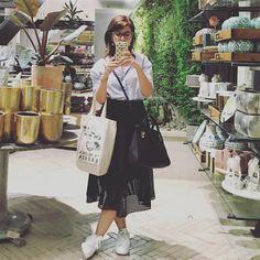 Saia mídi + tênis ~ estou amando essa combinação e coloquei hoje no blog algumas inspirações de looks com eles. Quem também curte?  . . . #ootd #look #tenis #tenisbranco #saia #skirt #midi #midiskirt #look #lookdodia #adidas #stansmith #blog #blogger #fashion #instgood #instalook #instafashion #moda