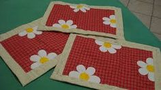 placemats with a bit of applique Table Runner And Placemats, Lace Table Runners, Quilted Table Runners, Colorful Quilts, Small Quilts, Quilting Projects, Sewing Projects, Image Deco, Crazy Patchwork