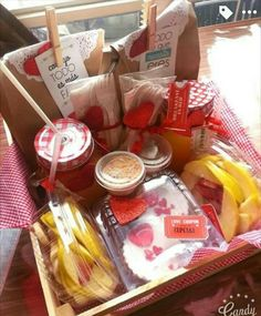 best Ideas for breakfast sorprise gift Breakfast Party, Breakfast Basket, Ideas Desayunos, Gift Ideas, Picnic Date Food, Diy Crafts To Do, Black Sesame Ice Cream, Cake Games, Knitting Blogs