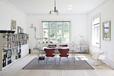 chairs by Arne Jacobsen (Fritz Hansen), pendant light by Poul Henningsen (Louis Poulsen), wall lamp by Le Corbusier (Cassina), table by Hein-Matthson-Jacobsen (Fritz Hansen) + carpet in papercord (Hay)