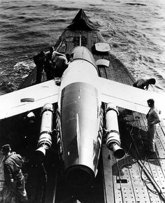 [Photo] Regulus missile aboard USS Tunny, off Point Mugu, California, United States, 3 Sep 1953 Essex Class, History Online, Submarines, Cold War, Military Aircraft, World War Ii, Fighter Jets, Aviation, United States