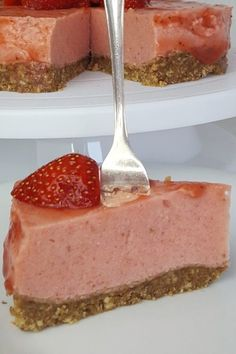 The best lowcarb strawberry cake without baking, so . The best lowcarb strawberry cake without baking, it& that easy! Low Calorie Desserts, Healthy Desserts, Low Carb Recipes, Round Cake Pans, Sweet Tooth, Food And Drink, Yummy Food, Baking, Diy Interior