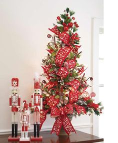 Cristhmas Tree Decorations Ideas : Nutcrackers and mini red and white Christmas tree. Small Christmas Trees, Xmas Tree, All Things Christmas, Christmas Tree Decorations, Christmas Wreaths, Christmas Crafts, Holiday Decor, Miniature Christmas, Nutcracker Christmas