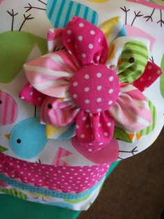 http://theadkinsfamily1.blogspot.it/2011/08/fabric-flower-tutorial.html