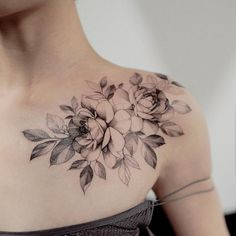 A floral shoulder piece by Zihwa - tattoos - .- Ein florales Schulterstück von Zihwa – Tattoos – A floral shoulder piece by Zihwa – tattoos – # Shoulder - Back Of Shoulder Tattoo, Shoulder Tattoos For Women, Flower Tattoo Shoulder, Floral Shoulder Tattoos, Floral Tattoos, Bone Tattoos, Body Art Tattoos, Small Tattoos, Sleeve Tattoos