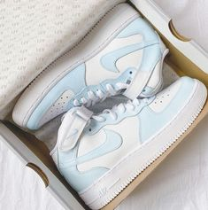 Cute Nike Shoes, Cute Nikes, Cute Sneakers, Nike Shoes Women White, Nike Air White, White Sneakers Nike, Vans Shoes Women, Nike Casual Shoes, Nike Shoes Outfits
