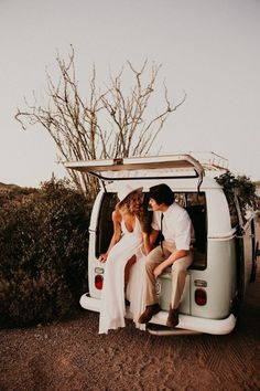 Wanderlusters will love the adventurous and free-spirited vibes in this desert wedding inspo Foto Wedding, Wedding Car, Wedding Desert, Arizona Wedding, Couple Portraits, Wedding Portraits, Film Inspiration, Wedding Inspiration, Surfer Wedding