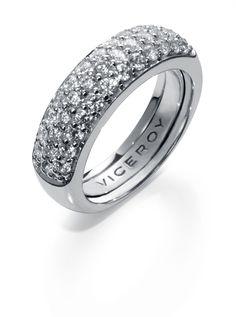 Viceroy. Un anillo de pedida clásico pero súper ponible. De esos que nunca te cansas de llevar