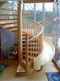 Uma escada com escorregador para as crianças (ok, para os adultos também)