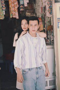 Đơn giản mà vẫn tình, đây là bộ ảnh giả film theo phong cách Hongkong những năm 1990 xinh nhất hôm nay - Ảnh 4. Creative Couples Photography, Retro Photography, Couple Photography Poses, Pre Wedding Shoot Ideas, Pre Wedding Photoshoot, Wedding Couples, Cute Couples, Indie Couple, Foto Wedding