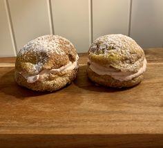 Da var det tiden for fastelavensbollen som skulle bakes, aldri prøvd dette på lavkarbo før. Men en gang må bli den første, håper de faller i smak. Dette trenger du: 150g mandelmel 60g kokosmel 40g fiberhusk 4ss sukrinmelis 2ss eplecidereddik 1ss bakepulver 1ss Nutella, Muffins, Lchf, Bread, Breakfast, Food, Morning Coffee, Muffin, Brot