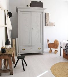 Want to add a vintage touch to your children's room? Try with an old wardrobe! Kids Furniture, Furniture Design, Garderobe Design, Kids Bedroom, Bedroom Decor, Kids Decor, Home Decor, Decor Ideas, Little Girl Rooms