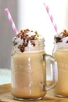 Lust auf Kaffee, aber es ist viel zu warm für ein Heißgetränk? Höchste Zeit für dieses Frappuccino-Rezept! In Blitzgeschwindigkeit drehen sich die Klingen deines Mixers und sorgen für den erfrischenden Trinkgenuss wie im Coffeeshop! #frappuccino #kaffee #coffeeshop #rezepte #getränke #heißgetränke #sommer #sommerrezepte #kaffeerezepte