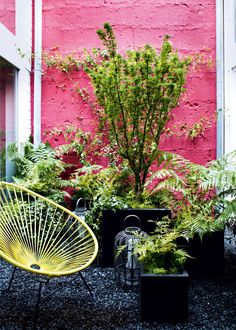 Un patio rose pimpant. Marie Claire Maison Mediterranean colours and style pink wall outdoor terrace and design chairs, yellow Outdoor Rooms, Outdoor Gardens, Outdoor Living, Outdoor Walls, Garden Deco, Patio Design, Garden Design, House Design, Acapulco Chair