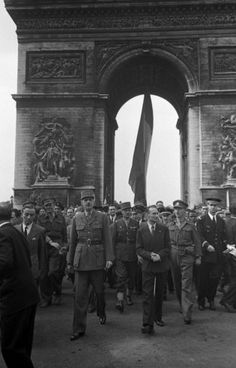 General Charles de Gaulle, who led the French government-in-exile for four long, occasionally despairing years, at the Arc de Triomphe during the Liberation of Paris on Aug. Liberation Of Paris, Historia Universal, French Government, Gaulle, Free In French, French History, Old Paris, Triomphe, French Army