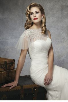 1930s and 1950s Inspired Gorgeous Wedding Dresses | Weddingomania. This would be beautiful in tea length.