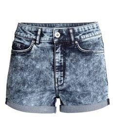 Ett par shorts i stretchig, tvättad twill med hög midja. Shortsen har sidfickor och bakfickor samt fastsytt uppvik vid benslut.