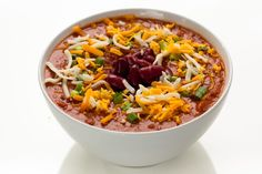 A hearty bowl of chili provides a savory mix of flavors and spices. When made with ground turkey, chili loses much of its fat and becomes a healthy meal offering protein and vegetables. Follow this recipe and tantalize your taste buds. Best Chili Recipe, Chilli Recipes, Soup Recipes, Veggie Chili, Turkey Chili, Lunch Recipes, Healthy Recipes, Delicious Recipes, Loosing Weight