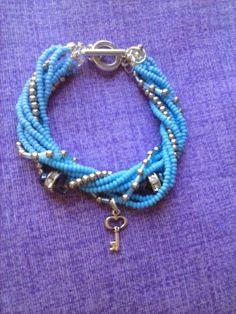 Bracciale azzurro con perline e semicristalli