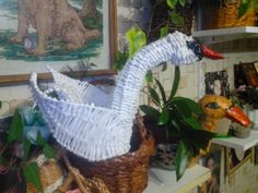 Лебедь плетеный из газет.