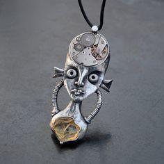Crystal+heart+...nebo+mu+taky+můžete+říka+Prim+:)+Tenokrát+jsem+vytvořila+šperk+vlastně+ve+stylu+steampunku.+Do+hlavy+této+osůbky+jsem+vložila+strojek+z+hodinek+po+babičce+-+zn.+Prim.+Byla+to+docela+ožehavá+práce,+protože+jsem+semusela+vyhnout+kontaktu+s+letovací+kyselinou+-+ale+povedlo+se+:)+Kolečko+uvnitř+strojku+je+stále+pohyblivé!+Vzhledem+k+otevřenému+soukolí+je...