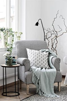 PINSPIRATION : 15 comfy and Stylish Reading Corners that will inspire you to cre.PINSPIRATION : 15 comfy and Stylish Reading Corners that will inspire you to create your own little reading nook. Retro Home Decor, Easy Home Decor, Home Decor Trends, Home Decor Bedroom, Home Decor Inspiration, Living Room Decor, Home Decoration, Bedroom Chair, Stylish Home Decor
