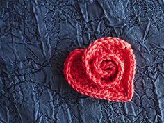Crochet Rosy Heart by Mia's Heartful Hands, free pattern in ravelry Crochet Video, Knit Or Crochet, Crochet Motif, Crochet Crafts, Crochet Flowers, Crochet Projects, Ravelry Crochet, Appliques Au Crochet, Knitting Patterns