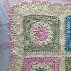 Ravelry: AnnabelsArmoire's Annabel's big bed blanket - free pattern for Flower Burst Square by Chris Simon: http://www.ravelry.com/patterns/library/flower-burst-square border is #30 in Edie Eckman's book Around the Corner ༺✿ƬⱤღ http://www.pinterest.com/teretegui/✿༻