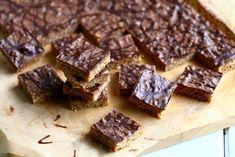 Helpot, sitkeät kaura-suklaakeksit valmistuvat nopeasti ja maistuvat herkullisilta. Vaihtelua saat vaihtamalla päällisen suklaan toiseen. Sweet Little Things, Food And Drink, Pie, Sweets, Candy, Snacks, Cookies, Baking, Desserts