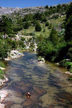 La Cumbresita, a 125 km de Córdoba, Argentina, oferece atividades como trekking e banhos em rios e cachoeiras