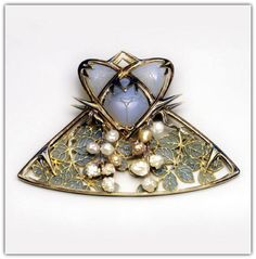 RENÉ LALIQUE | Mulberry Brooch with Beetles, ca. 1900. Gold, pearls, enamel.