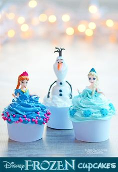 Cupcakes with Anna, Elsa, and Olaf from Frozen on top! These are perfect for Frozen fans! Olaf Cupcakes, Disney Frozen Cupcakes, Frozen Cake, Yummy Cupcakes, Cupcake Cakes, Disney Frozen Party, Frozen Party Food, Frozen Birthday Party, Cake Pops