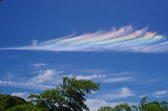 雲が虹色でした。